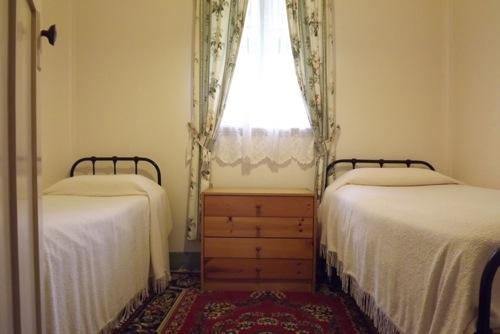 Settlers rest farm stay bedroom
